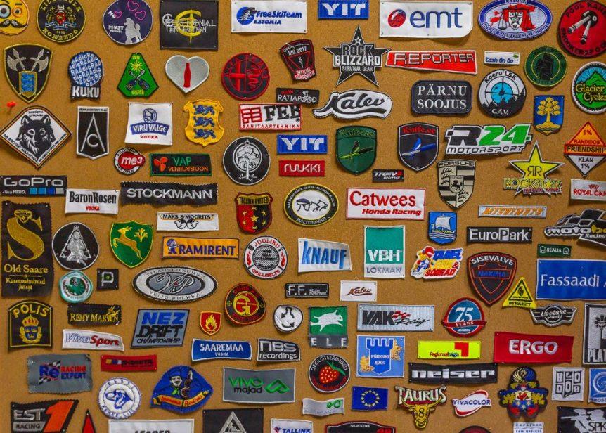Markly tikandikojas tehtud tikandid, tikitud logod